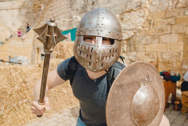 Foto selfie del hombre usando casco de caballero con armadura Viking Festival, Malta foto de archivo