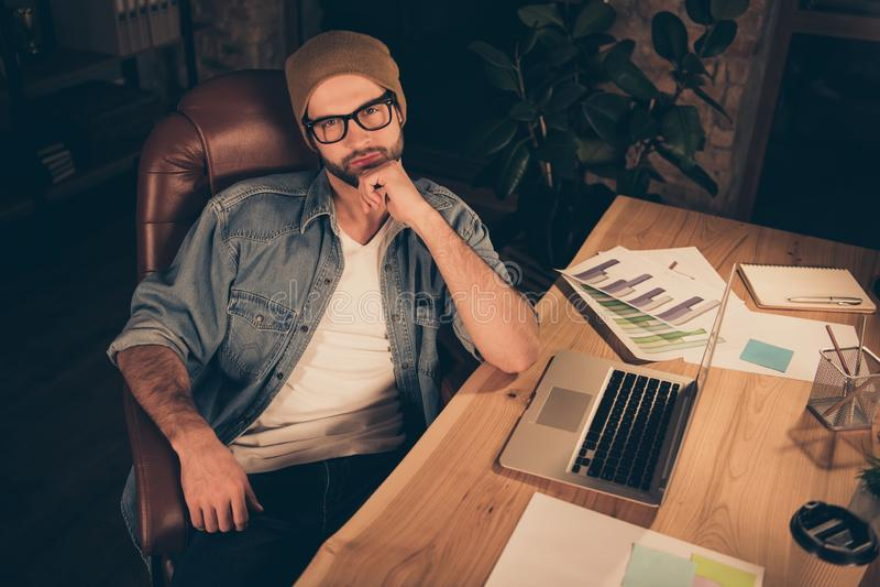 Foto ser marrom weraing analítico financeiro sábio e inteligente interessante pensativo do tampão do chapéu analisar o seu fotos de stock royalty free