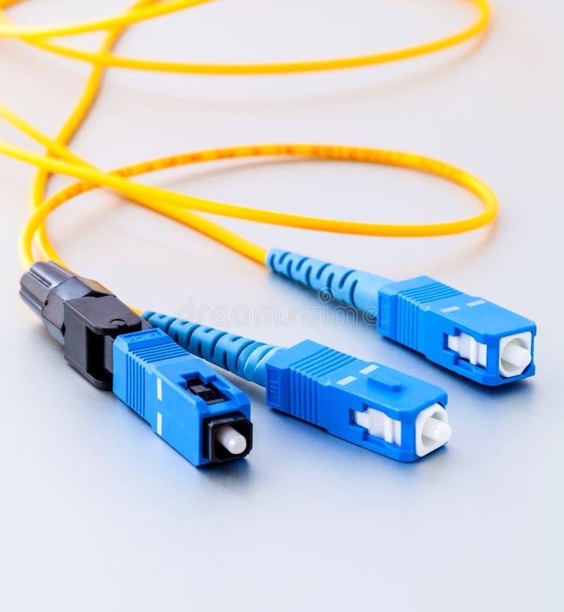 Foto simbolica dei connettori di fibre ottiche per Internet veloce immagini stock