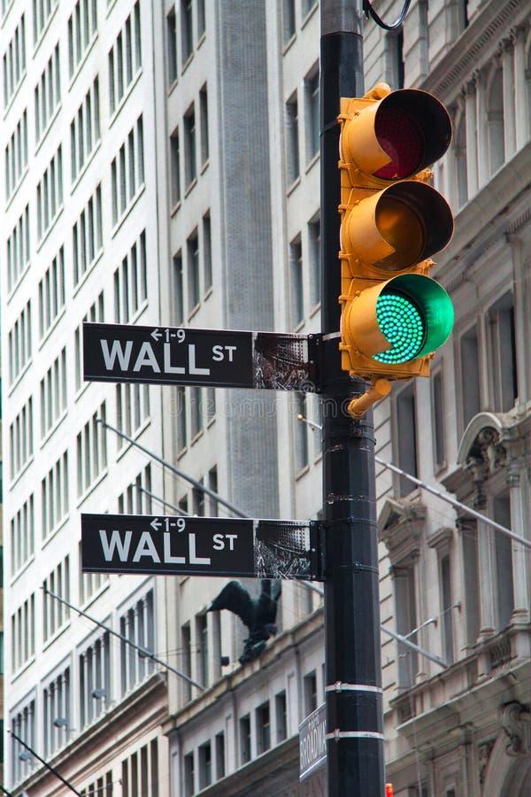 Foto simbolica della prosperità, segno di Wall Street con un semaforo verde, New York fotografia stock