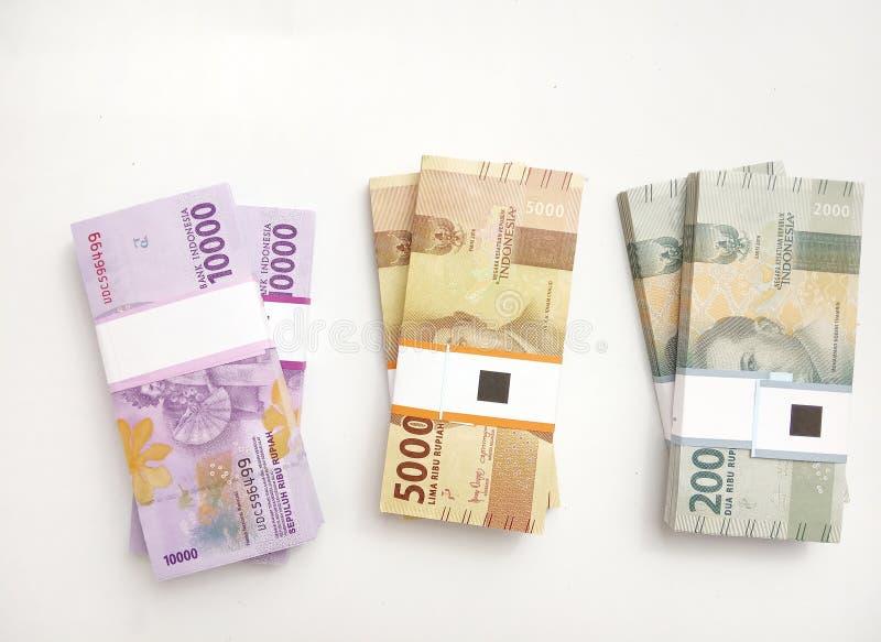 Foto simples da foto, vista superior, blocos do dinheiro de Indonésia da rupia, 2000, 5000, 10000, no fundo branco fotos de stock