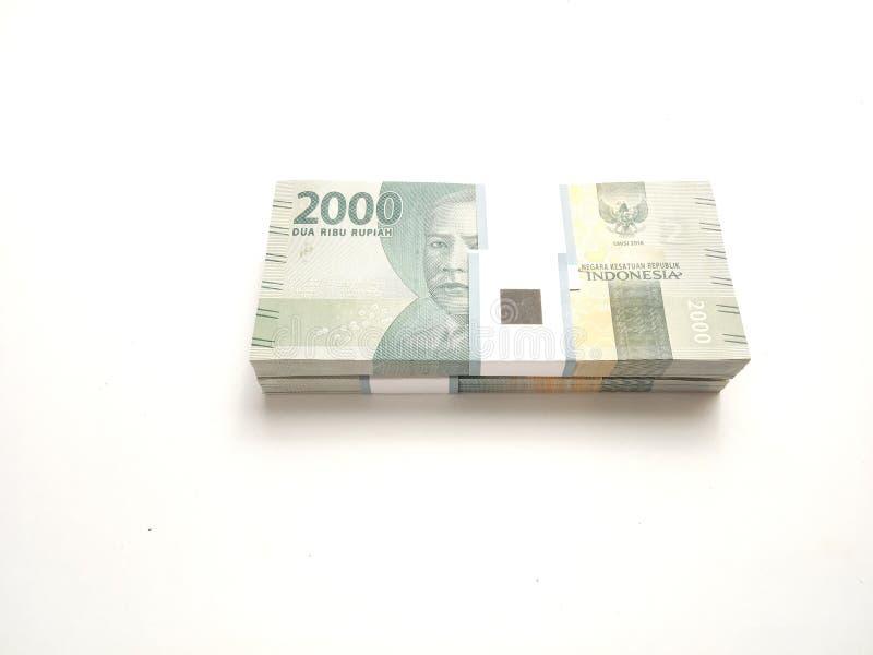 Foto simples, vista superior, blocos do dinheiro de Indonésia da rupia, 2000, no fundo branco foto de stock royalty free