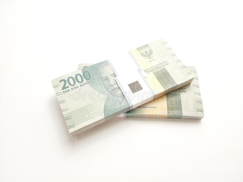 Foto simples, vista superior, blocos do dinheiro de Indonésia da rupia, 2000, no fundo branco foto de stock