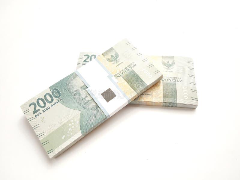 Foto simples, vista superior, blocos do dinheiro de Indonésia da rupia, 2000, no fundo branco fotos de stock royalty free