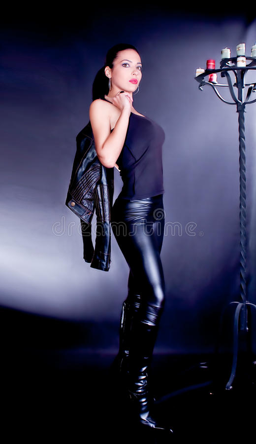 Foto-Sitzung des schönen eleganten Brunette lizenzfreie stockbilder