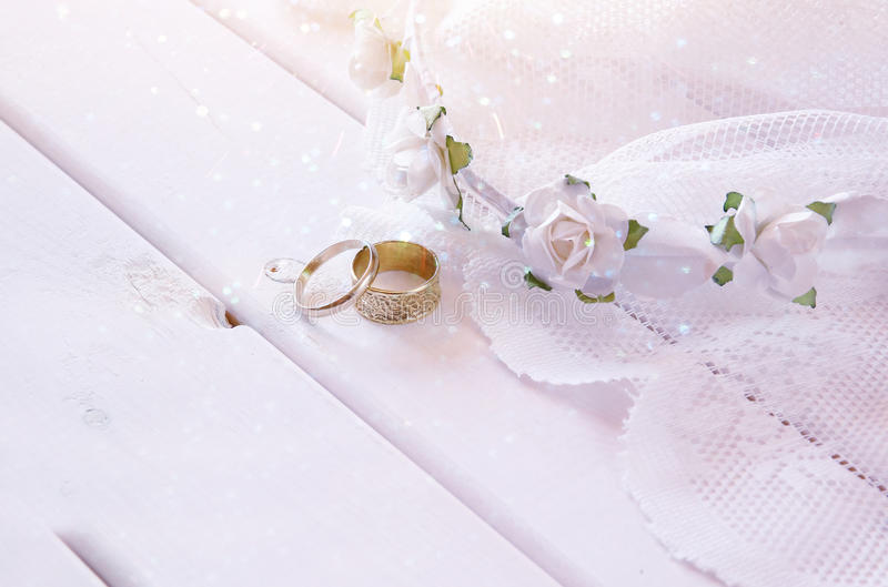 Foto soñadora de los anillos de bodas y de la tiara floral blanca foto de archivo libre de regalías