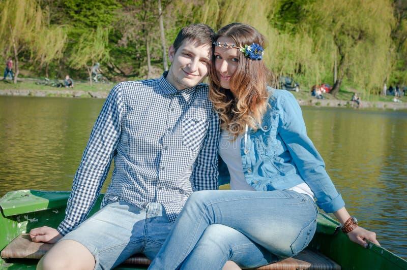 Foto som älskar par på sjön arkivbild
