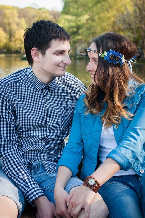 Foto som älskar par på sjön royaltyfri foto