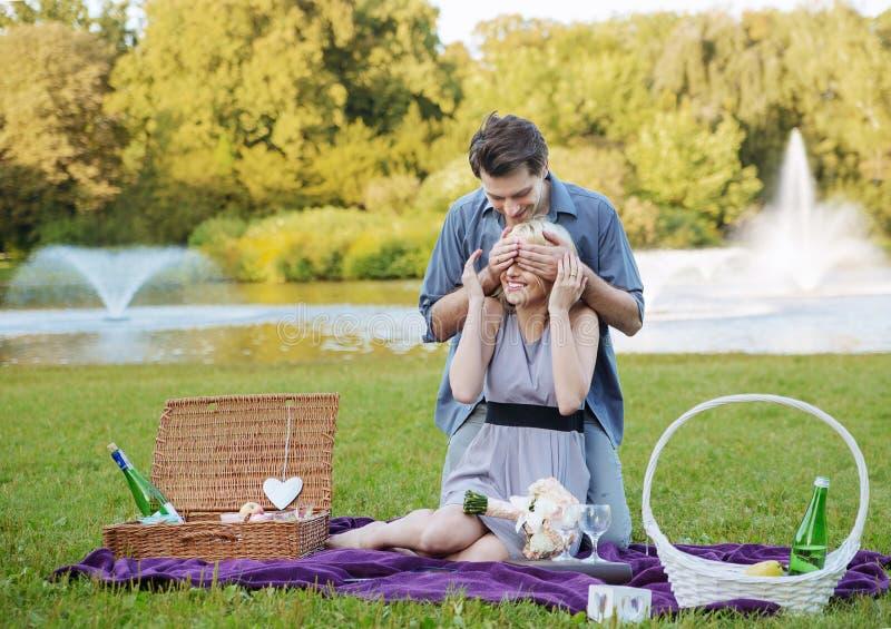Foto som framlägger det romantiska datumet royaltyfria foton
