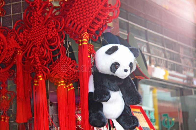 Foto som göras i Kina Röda siden- tofsar med kinesiskt traditionellt D royaltyfri fotografi