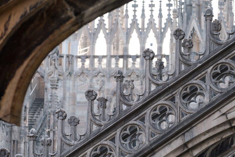 Foto som tas högt upp i terrasserna av Milan Cathedral/Duomodi Milano som visar den gotiska arkitekturen i detalj royaltyfria foton