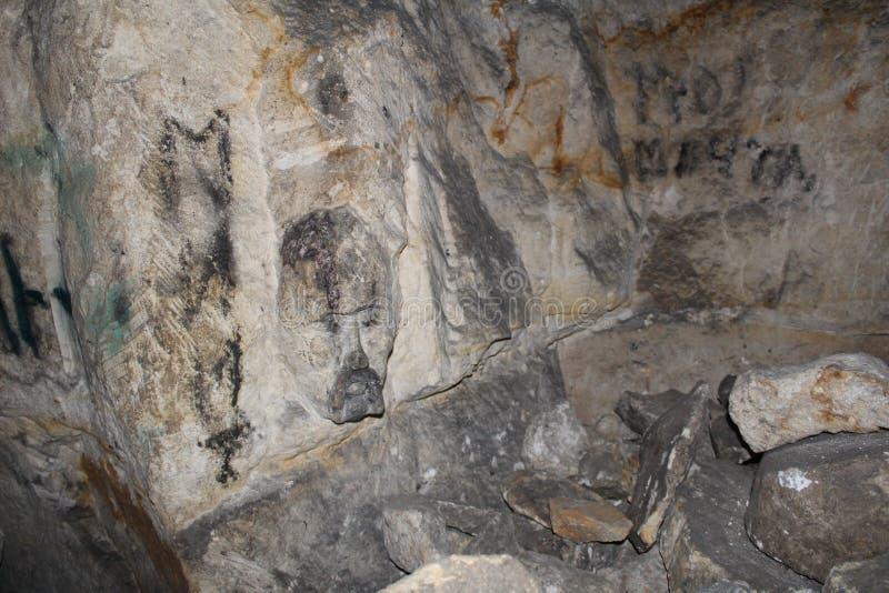 Foto subterrânea, pedreira criada artificialmente para a extração de pedra e criada por natureza foto de stock