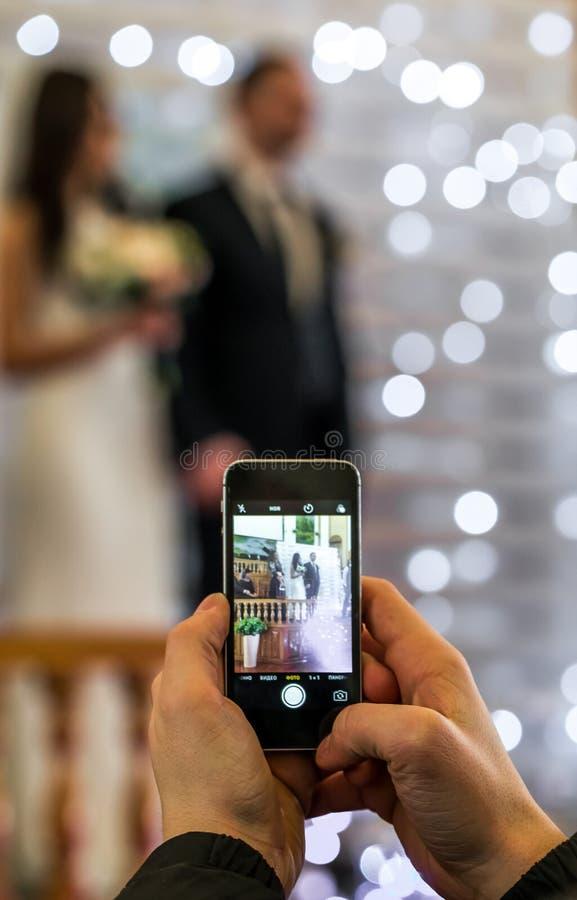 Foto sul telefono alle nozze fotografie stock libere da diritti