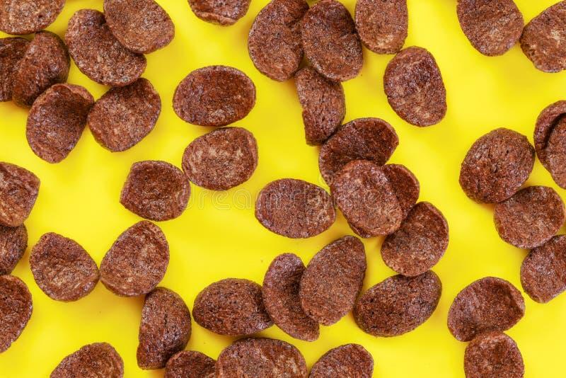 Foto Tabletop, flocos de milho do chocolate na placa amarela imagens de stock royalty free