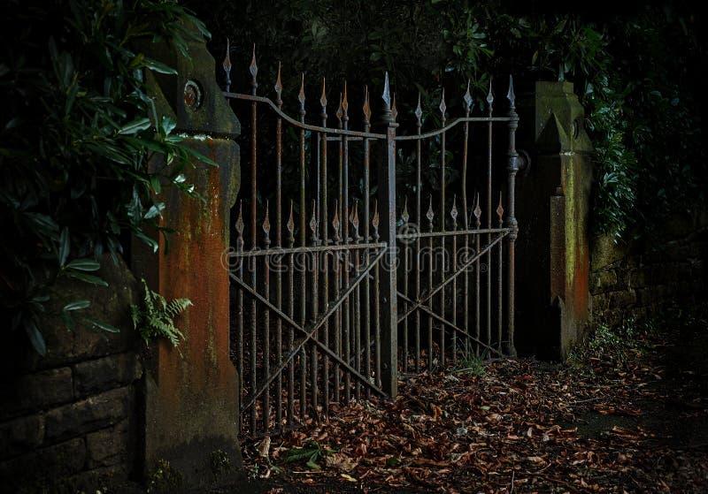 Foto temperamental, discreto de Rusty Iron Gates Ajar fotografia de stock royalty free