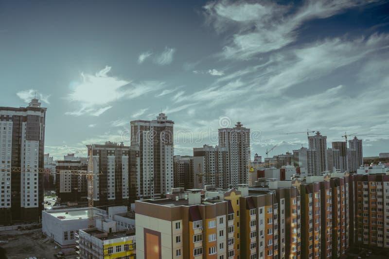Foto temperamental escura de construções da cidade do telhado, arquitetura da cidade de Voronezh imagem de stock