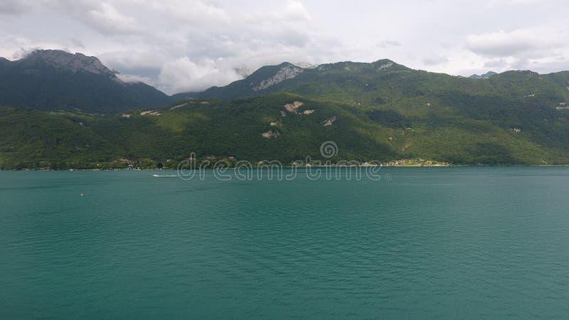 Foto tomada pelo zangão, do lago Annecy fotografia de stock royalty free