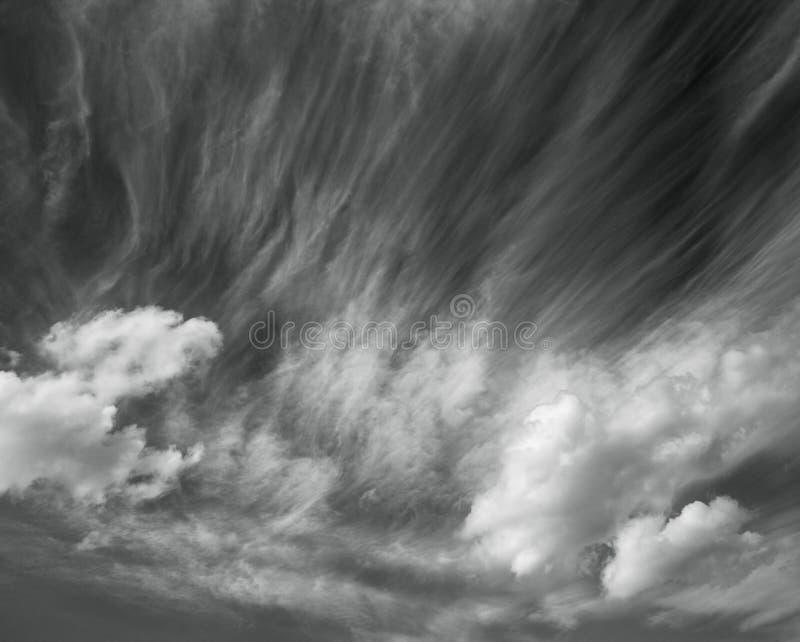 Foto toneelhemel op zwart-witte, abstracte aardachtergrond royalty-vrije stock afbeeldingen