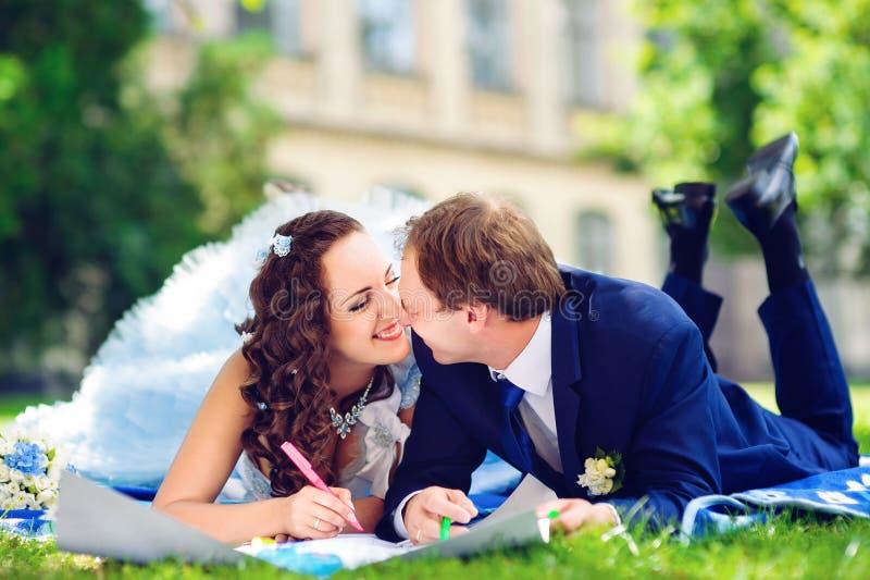 Foto tonificada da coloração feliz do homem e da mulher ou foto de stock