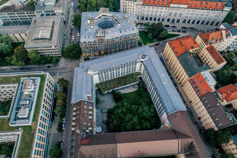 Foto urbana del verano de la opinión del abejón del aire del centro de ciudad de Munich foto de archivo