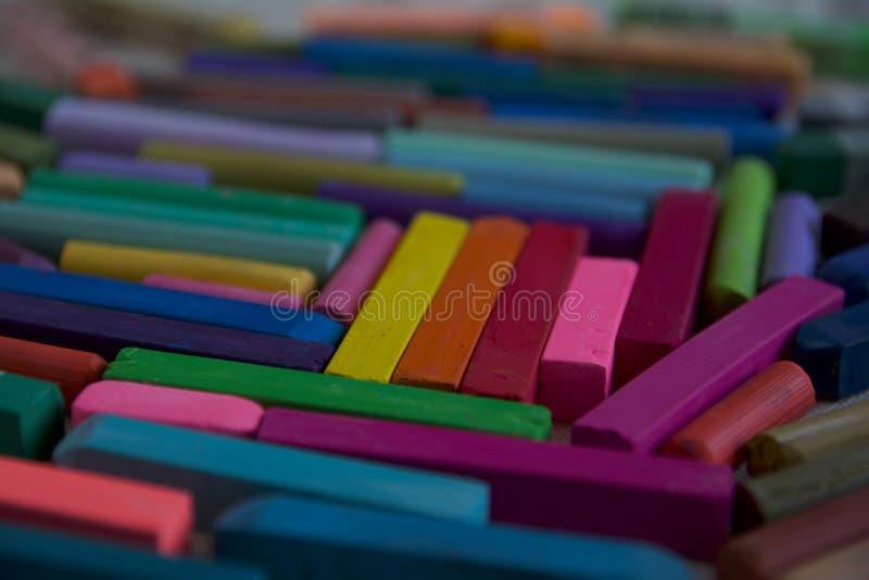Foto vaga con i bastoncini dei pastelli multicolori di arte adatti a precedenti Simbolo di creatività, gioia, scelta ricca fotografia stock