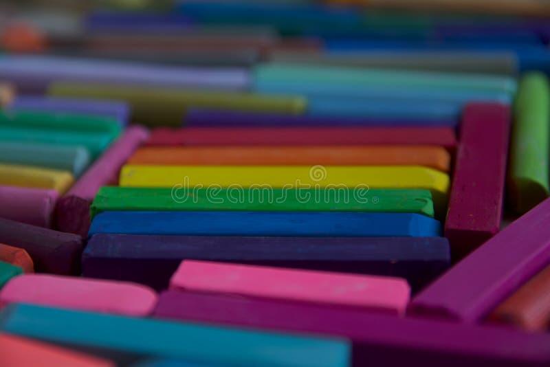 Foto vaga della bandiera di LGBT dai bastoni di pastello artistico Servirà da precedenti fotografie stock libere da diritti
