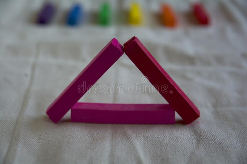 Foto vaga per un fondo con un triangolo rosa dei bastoni e dei punti pastelli artistici dell'arcobaleno Simbolo di LGBT fotografie stock libere da diritti