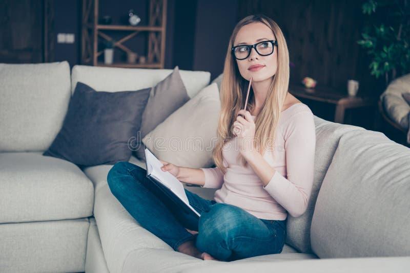 Foto van aantrekkelijke zekere weergave die zij haar dame die de sweater het binnenlandse kleren van het jeansdenim houden dragen stock afbeelding