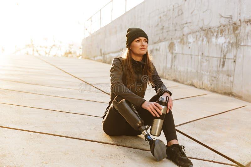 Foto van atletisch gehandicapt meisje met prothetisch been in sportswea stock fotografie