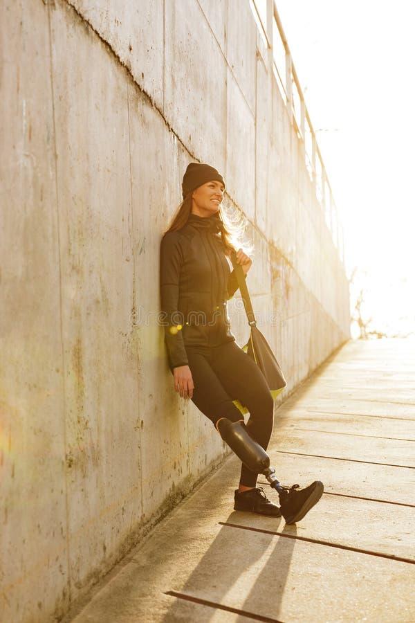 Foto van atletisch gehandicapt meisje met prothetisch been in sportswea stock foto