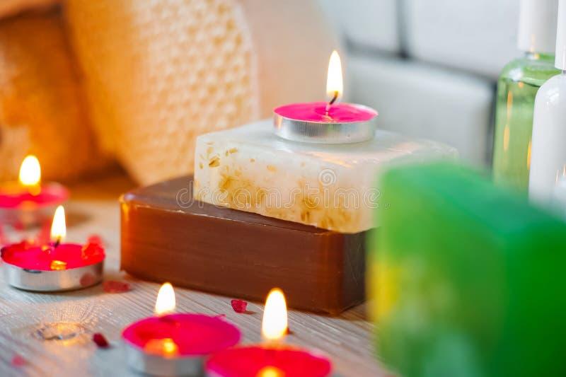 Foto van badkamerss, kuuroordbehandelingen Transparante flessen, luffa, stukken van zeep, badzout, kaarsen comfort royalty-vrije stock foto's