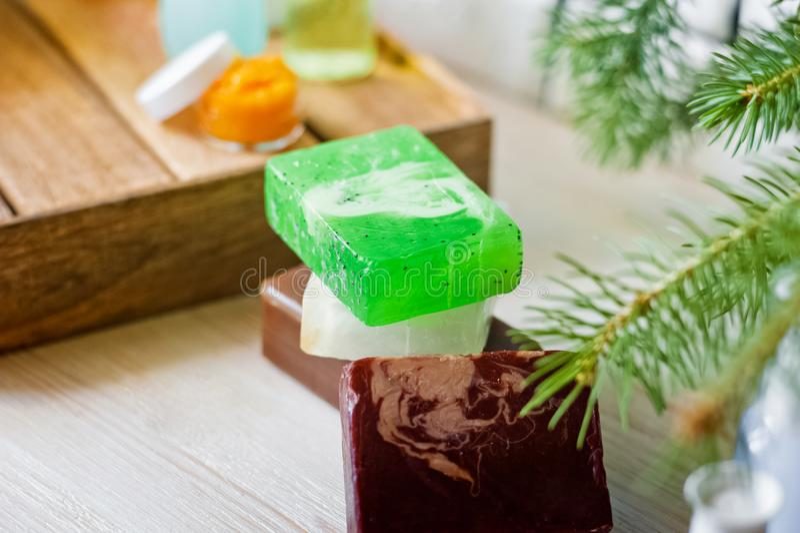 Foto van badkamerss, kuuroordbehandelingen Transparante flessen, luffa, stukken van zeep, badzout, kaarsen comfort royalty-vrije stock foto