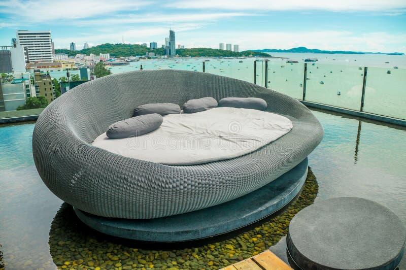 Foto van bed op de tropische strandstad door het overzees royalty-vrije stock foto