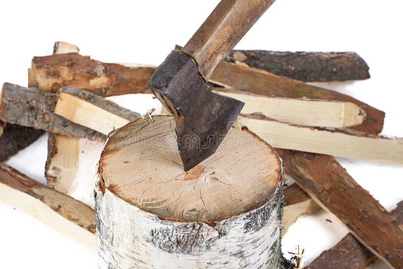 Foto van bijl in het stomp en brandhout stock afbeelding