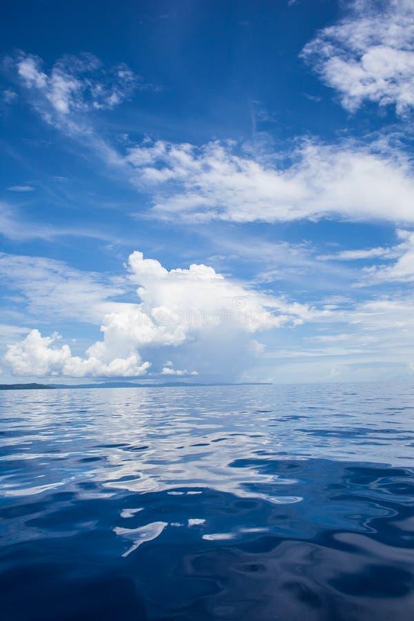 Foto van Blauwe Overzees en Tropische Hemelwolken Zeegezicht Zon over Water, Zonsondergang verticaal Niemand stelt voor Oceaan ac royalty-vrije stock foto's