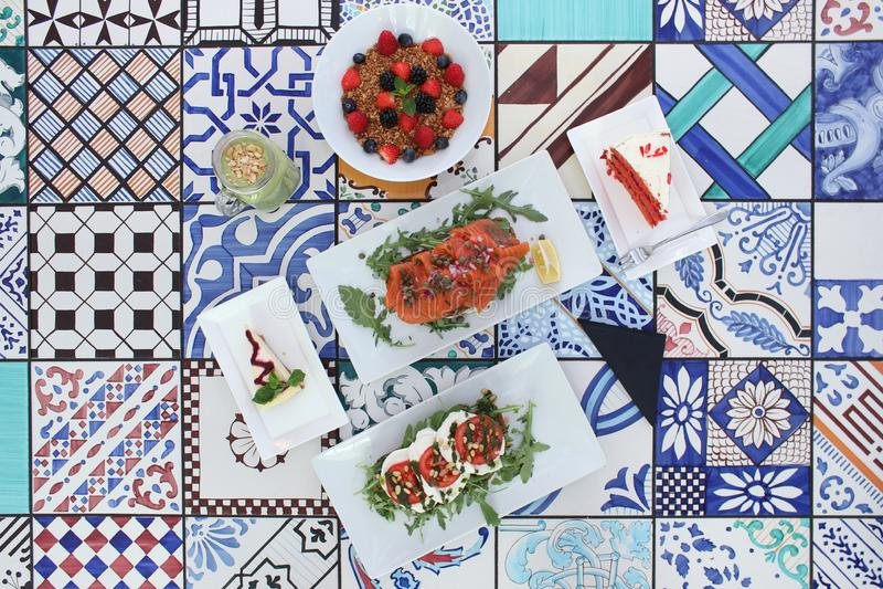 Foto van brunch/lunch/ontbijt op kleurrijke tegels wordt getoond die stock fotografie