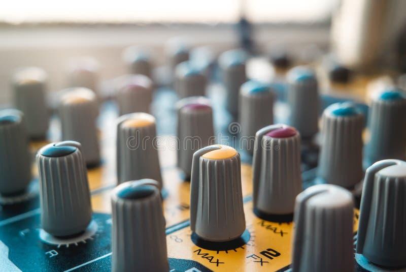 Foto van de analoge audiomixer royalty-vrije stock foto's