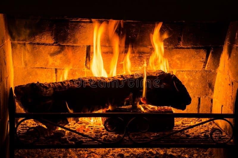 Foto van de brand van een open haard in de winter stock fotografie