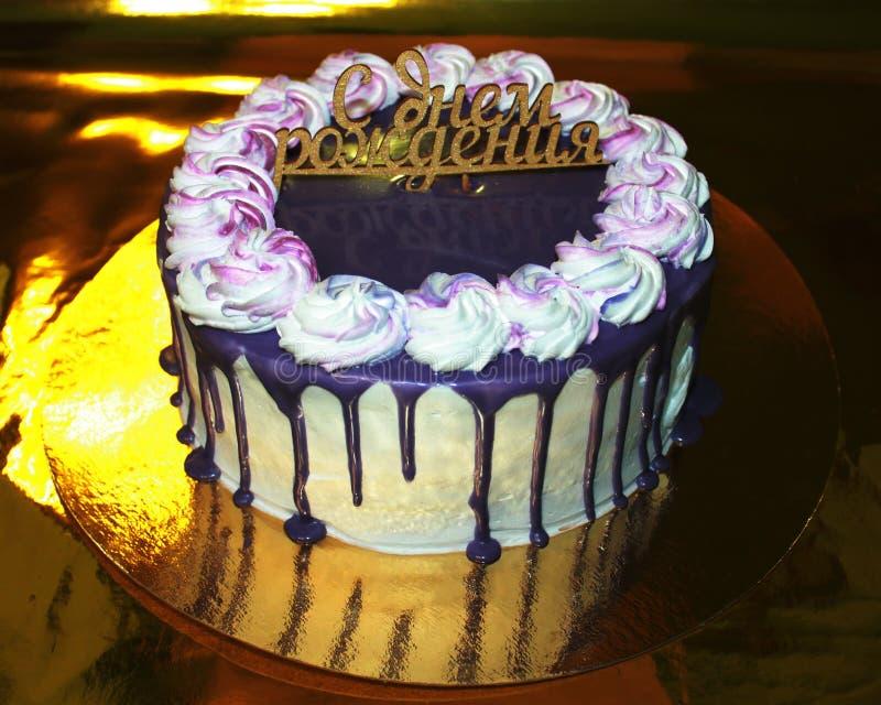 Foto van de cake op een gouden substraat met een gouden achtergrond, gelukkige verjaardag royalty-vrije stock foto