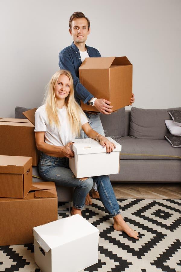 Foto van de mens en vrouw met kartondozen in handen stock afbeelding