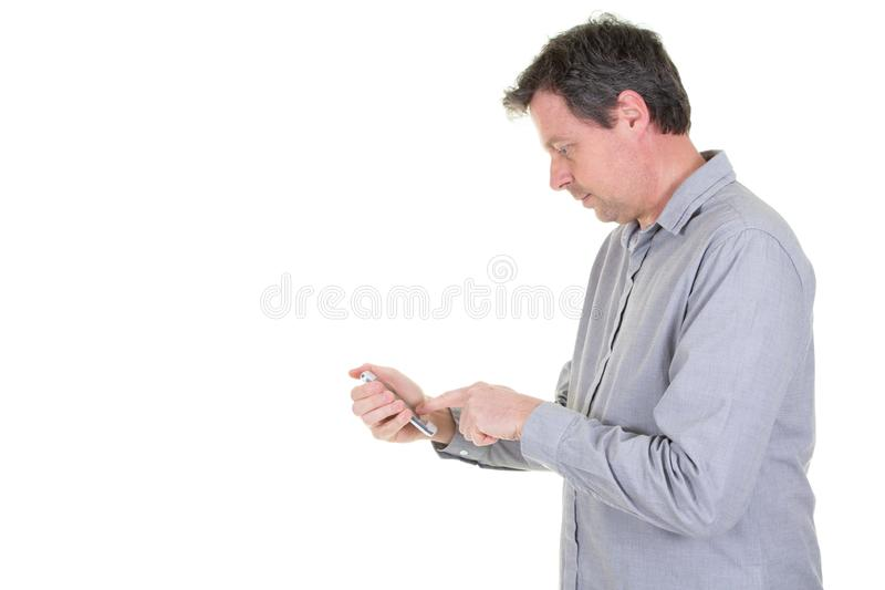 Foto van de midden oude mens die zijn smartphone het texting op witte achtergrondexemplaarruimte gebruiken royalty-vrije stock afbeeldingen