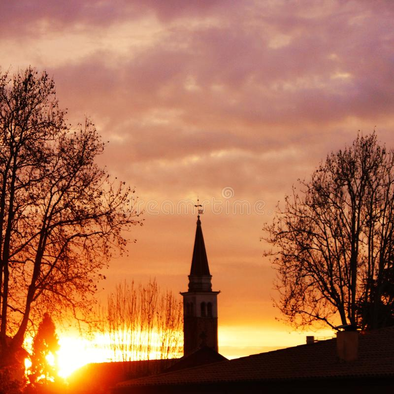 foto van de zonsopgang achter een klokketoren, foto in Mogliano Veneto, Italië wordt genomen dat royalty-vrije stock afbeelding