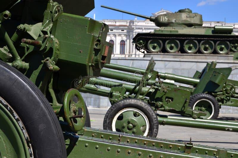 Foto van drie kanonnen van de Sovjetunie van de Tweede Wereldoorlog tegen de achtergrond van groene tank t-3 royalty-vrije stock fotografie