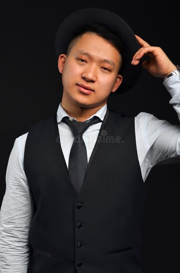 Foto van een Aziatische mens met een band en een overhemd stock foto's