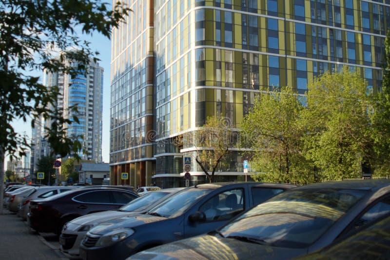 Foto van een fragment van het gebouw Ekaterinburg, Rusland, Khokhryakova-Straat 63, Mei 2019, woon complexe ?Drievuldigheid ? stock foto's