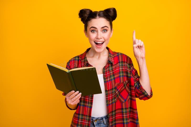 Foto van een gekke studentenvrouw open mouth-boek lezen avontuurverhaal literatuur les wekken vinger hebben vraagtekens stock foto's