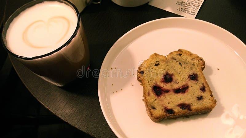 Foto van een heerlijk stuk van cake met aromatische koffie royalty-vrije stock foto's