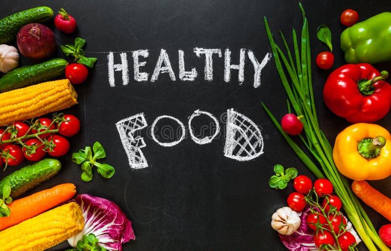 Foto van een hoogtepunt van de lijstbovenkant van verse groenten of gezonde voedselachtergrond Gezond voedselconcept met verse gr stock foto