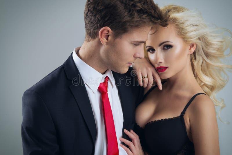 Foto van een jonge paar? glimlach en een kus? royalty-vrije stock afbeeldingen