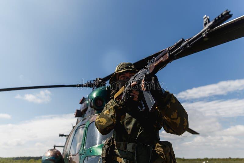 Foto van een militair met een automatisch geweer royalty-vrije stock foto